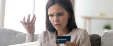 Woman realizes she is the victim of a credit card scam